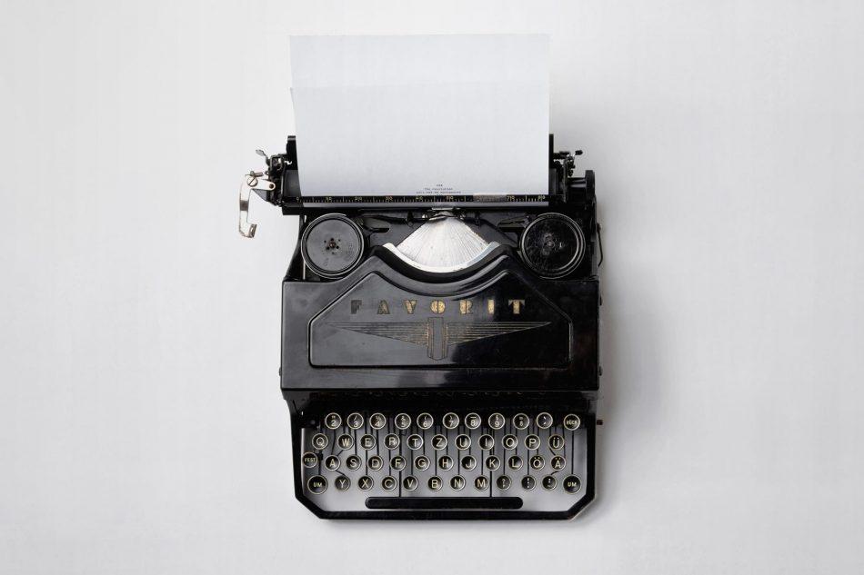 typewriter-top-view-tidal-wave-effective-storytelling-6x4